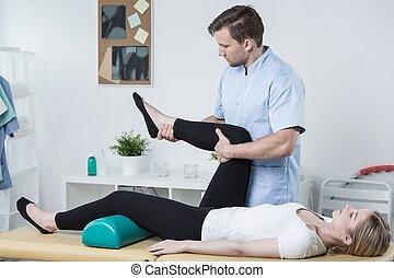 mannelijke , fysiotherapeut, het uitoefenen, met, patiënt