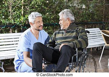 mannelijke , fysiotherapeut, kijken naar, invalide, hogere mens, in, wheelchai