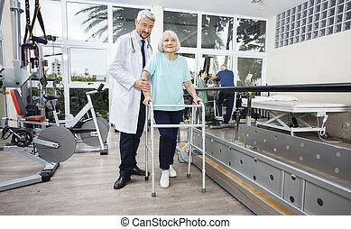 mannelijke , fysiotherapeut, portie, vrouwlijk, patiënt, met, walker