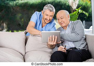 mannelijke , huisbewaarder, en, hogere mens, gebruik, tablet pc