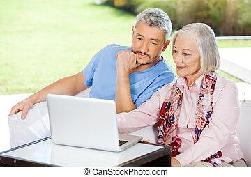 mannelijke , huisbewaarder, en, oude vrouw, gebruikende laptop