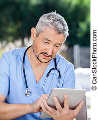 mannelijke , huisbewaarder, gebruik, tablet pc