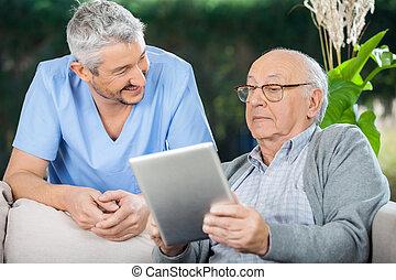 mannelijke , huisbewaarder, kijken naar, hogere mens, gebruik, tablet, computer