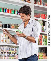 mannelijke , klant, controleren, lijst, in, winkel