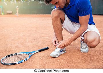 mannelijke , knopende, speler, shoelaces, tennis