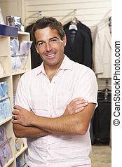 mannelijke , omzet assistent, in, de opslag van de kleding