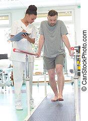 mannelijke , patiënt, staand, met, een, fysiotherapeut