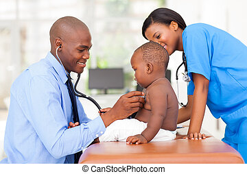 mannelijke , pediatric, arts, het onderzoeken, baby jongen, met, vrouwlijk, verpleegkundige