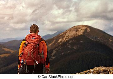 mannelijke , reiziger, van, back, in de bergen