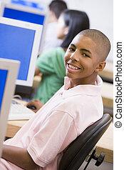 mannelijke student, in, de klasse van de computer