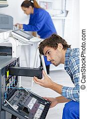 mannelijke , technicus, herstelling, digitale , fotokopieerapparaat, machine