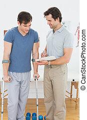 mannelijke , therapist, het bespreken, rapporten, met, een, invalide, patiënt