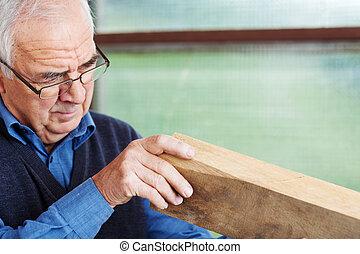 mannelijke , timmerman, analyzing, hout, in, workshop
