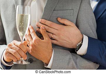 mannelijke , vrolijk paar, op, glas, afsluiten, champagne