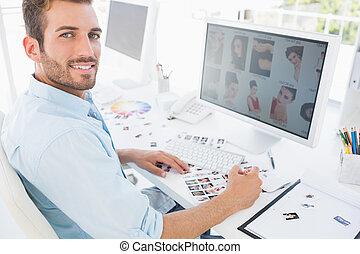 mannelijke , werkende , redacteur, foto, kantoor, helder, ...