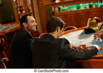 mannen, casino, jonge, kostuums, achter, twee, tafel