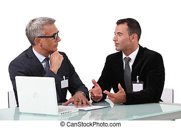 mannen, kletsende, op, een, bureau