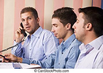 mannen, partners, werkende , zakenkantoor