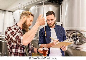 mannen, pipet, testen, bier, ambacht, brouwerij