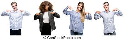 mannen, wijzende, zakelijk, gezicht, trots, vingers, het kijken, zeker, team, glimlachen, happy., vrouwen, zich