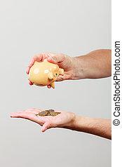 mannetje hands, met, muntjes, en, piggybank