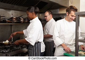 mannschaft, von, chefs, vorbereiten nahrung, in, gasthaus, kueche
