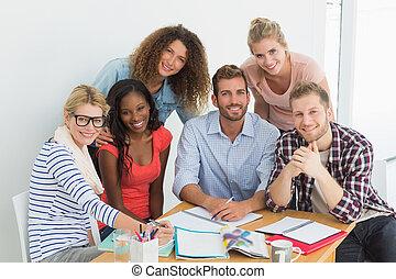 mannschaft, von, glücklich, junger, entwerfer, haben, a, versammlung, lächeln, kamera, in, kreativ, buero