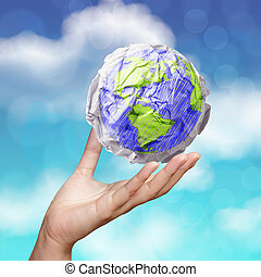 mano, actuación, arrugado, mundo, papel, símbolo, como, concepto, en, cielo azul
