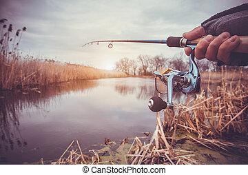 mano, con, girar, y, carrete, en, el, tarde, verano, lago