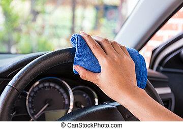 mano, con, microfiber, stoffa, pulizia, interno, e, volante, moderno, automobile.