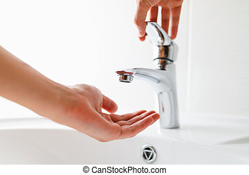mano, debajo, grifo, sin, agua