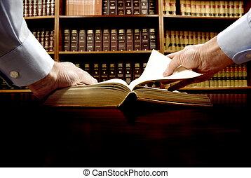 mano en el libro