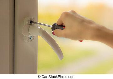 mano femmina, attorcigliare, il, avviti, il, finestra, con, uno, cacciavite