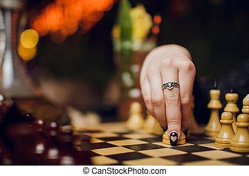 mano femmina, gioco scacchi esegue, su, sfondo nero