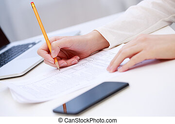 mano femmina, scrittura, primo piano