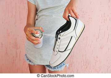 mano, hembra, shoes., desodorante, tenencia, rociar
