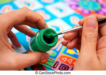 manos, con, cepillo, y, pintura