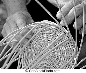 manos, de, artesano, crear, un, cesta de mimbre