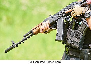 manos, de, militar, soldado, con, rifle de asalto
