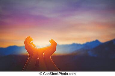 manos humanas, rezando, juntos, en, amanecer