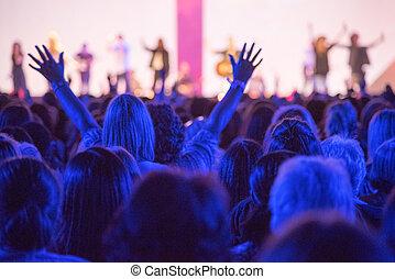 manos levantadas, concierto