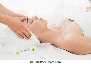 manos, masajear, mujer, cara, en, balneario belleza