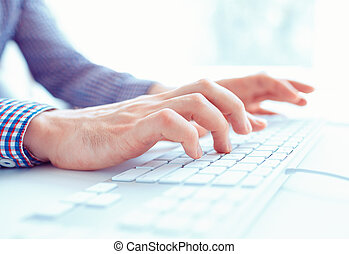manos masculinas, o, hombres, oficinista, mecanografía, en, el, teclado