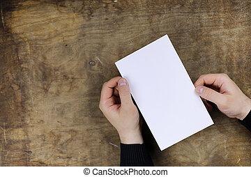 manos masculinas, tenencia, un, blanco, hoja en blanco, de, papel