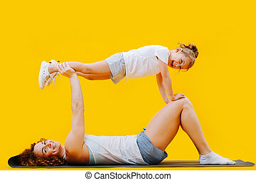 manos, niña, rodillas, encima, mamá, tablón, posición, ...