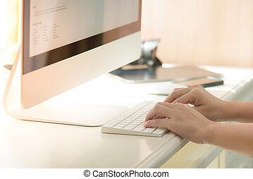 manos, oficinista, mecanografía, en, el, teclado