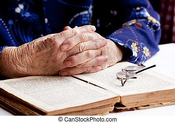 manos, rezando