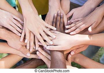 manos, su, amigos, juntos, poniendo