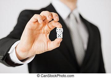 mans, рука, держа, белый, казино, игральная кость