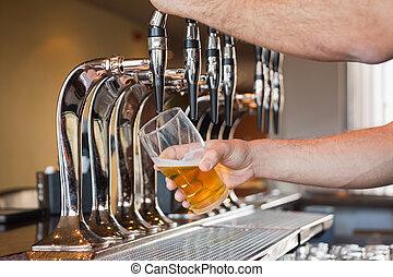 mans, рука, заливка, пиво